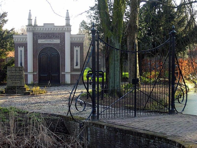 File:Joodse begraafplaats met metaheerhuisje, Dordrecht.JPG
