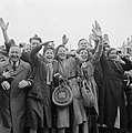 Juichende mensen begroeten de prins in Leeuwarden, Bestanddeelnr 900-2540.jpg