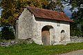 Juuru kirikuaia piirdemüür värava ja päikesekellaga2.jpg