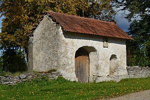 Juuru - Image: Juuru kirikuaia piirdemüür värava ja päikesekellaga 2