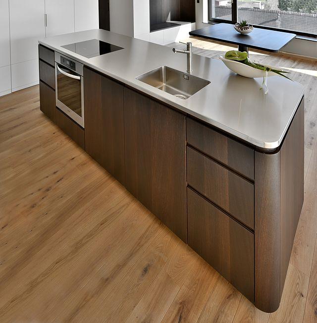 Küchenarbeitsplatte auf einer kücheninsel aus einem rhyolith ein hartgestein die senkrechte vorne abgebildete seite ist ebenso mit rhyolith bekleidet