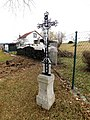 Kříž u cesty mezi domy čp. 13 a čp. 14 ve Vokově (Q88012728) 01.jpg