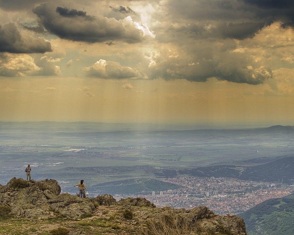 Panorama sur la plaine de Thrace et la ville de Sliven (Bulgarie) d'un promontoire du Grand Balkan.  (définition réelle 1800×1440)