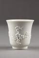 Kinesisk klockformig kopp med dekor av prunuskvistar, gjord i porslin på 1600-talet - Hallwylska museet - 95571.tif