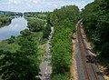 Komořany, trať a stezka, z lávky Radotínského mostu (01).jpg
