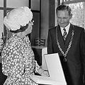 Koningin Beatrix en burgemeester Knorr (1980).jpg
