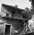 Korisnikova hiša, Podgorje, prislonjena ob breg. Vodnjak v živi steni 1955.jpg