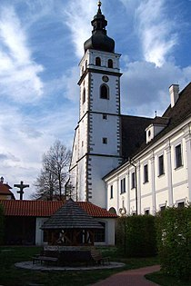 Kostel a klášter se studnou v Nových Hradech.jpg