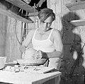 Kunstenaarskolonie Ein Hod. Pottenbakker draait een stuk aardewerk, Bestanddeelnr 255-2776.jpg
