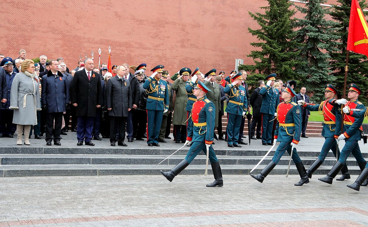 Laying wreath at the Tomb of the Unknown Soldier in Moscow 2017-05-09 008.jpg