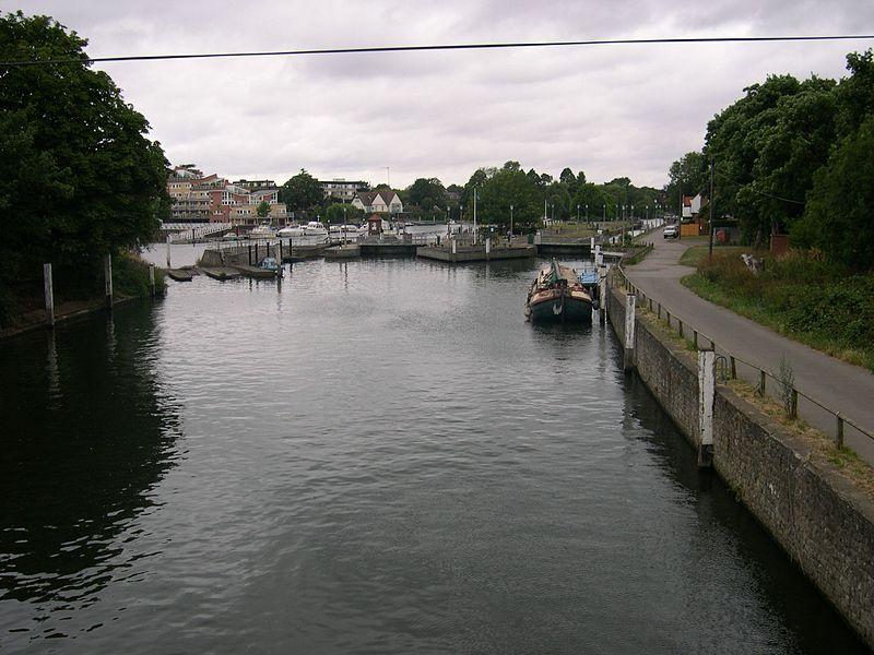 File:Locks on the thames Teddington London.jpg