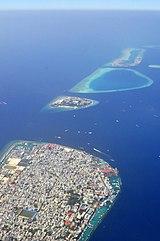 手前がマレ島、その隣にある中央の島がヴィリンギリ島