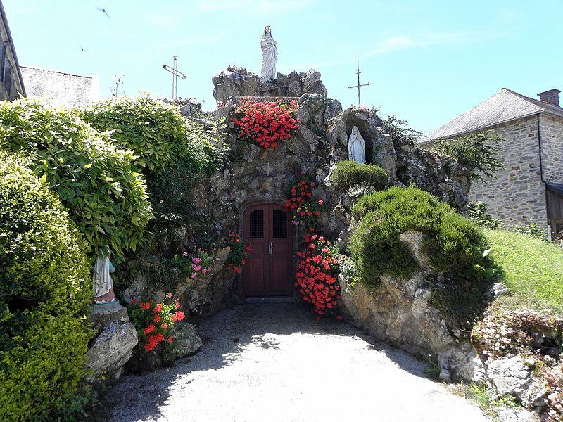 Rocher de La Salette près de l'église de Marpiré (35) réemployant la porte, l'autel et la croix de l'ancienne chapelle de Bon secours du Val-d'Izé (35). Bénédiction le 12/07/1885. 1ère extension en 1887 dédiée à N.D. des Sept Douleurs et bénie en 1889. 2ème extension en 1909 consacrée à N.D. de Lourdes (statue de sainte-Bernadette de 1956).