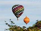 Meerdere ballonnen gelijktijdig in de lucht tijdens de Jaarlijkse Friese ballonfeesten in Joure 05.jpg