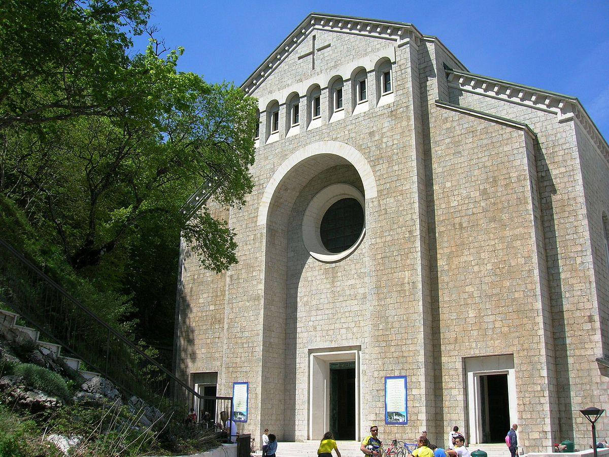 Santuario di montevergine wikipedia for 1 case di storia