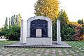 Monumento ai caduti in piazza Leonardo da Vinci.jpg