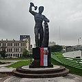 Monumento al trabajo con bandera aridoamericana (Monterrey).jpg