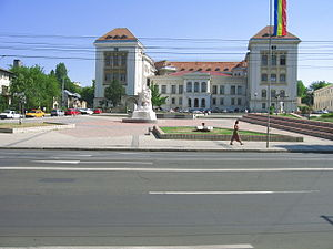 Union Monument, Iași - The Nation Square. Union Monument in the foreground; behind it the University of Medicine and Pharmacy.