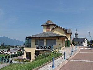vue de la mairie de Mouxy avec le lac du Bourget au loin