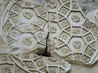 Rhombitrihexagonal tiling - Image: Nîmes Temple de Diane 6