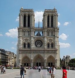 Promeneurs sur le parvis Notre-Dame