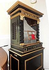 Orgel in der Kreuzkapelle seitliche Aufnahme.jpg