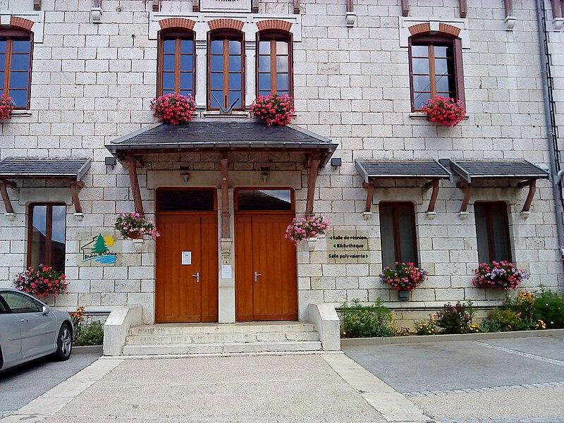 Façade de la mairie de la commune d'Outriaz (Ain, France)