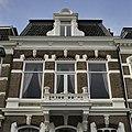 Overzicht van het bovenste deel van de voorgevel met dakkapel (kajuit) en balkon - Groningen - 20387674 - RCE.jpg