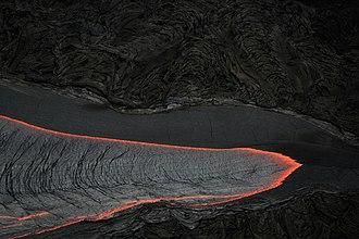 Lingua di lava emessa da una fessura vulcanica nell'Isola di Hawaii