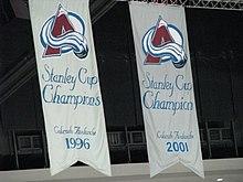 Photo des deux bannières de champion de la Coupe Stanley de l'Avalanche du Colorado.