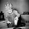 Peuter zet een glas melk op tafel, Bestanddeelnr 252-9381.jpg