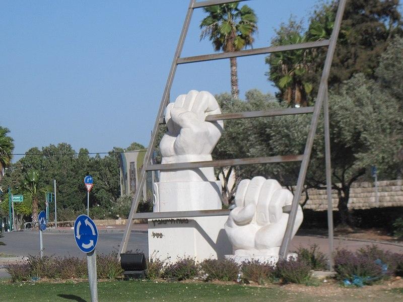 """פסל ה""""טיפוס"""""""