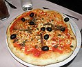 Pizza with olives and alici 2010 by Ra Boe 01.jpg