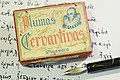 Plumas Cervantinas (Dinámica). Caja 1947. Frontal. Con plumilla en palillero.jpg