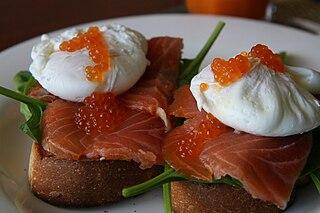 Pocherade ägg är på sätt och vis både kokta och okokta samtidigt. Men gott!