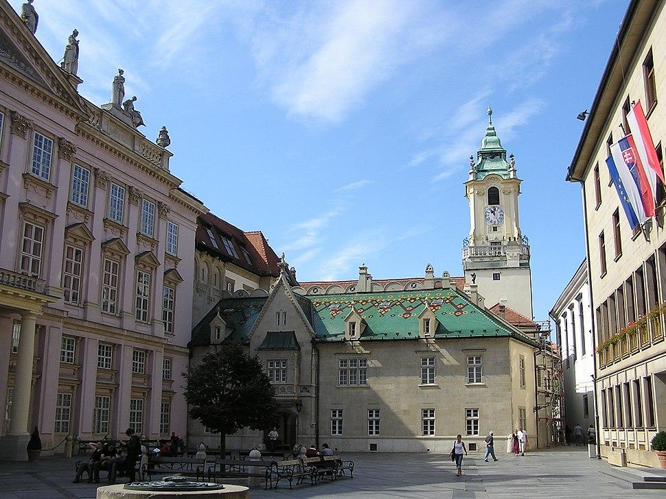 Pozsony - középen a régi városháza, balra a prímási palota
