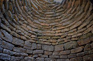 Nuragic holy well - Image: Pozzo sacro di Funtana Coberta Tholos da interno