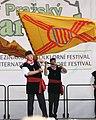 Praha, Staré Město, Ovocný trh, Pražský Jarmark, belgické vystoupení s vlajkami.JPG