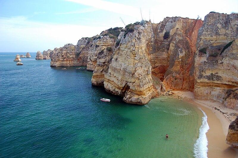 Soubor:Praia da Dona Ana cliffs.jpg