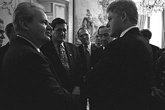 Slobodan Milošević - Slobodan Milošević with U.S. President Bill Clinton in Paris, 14 December 1995.