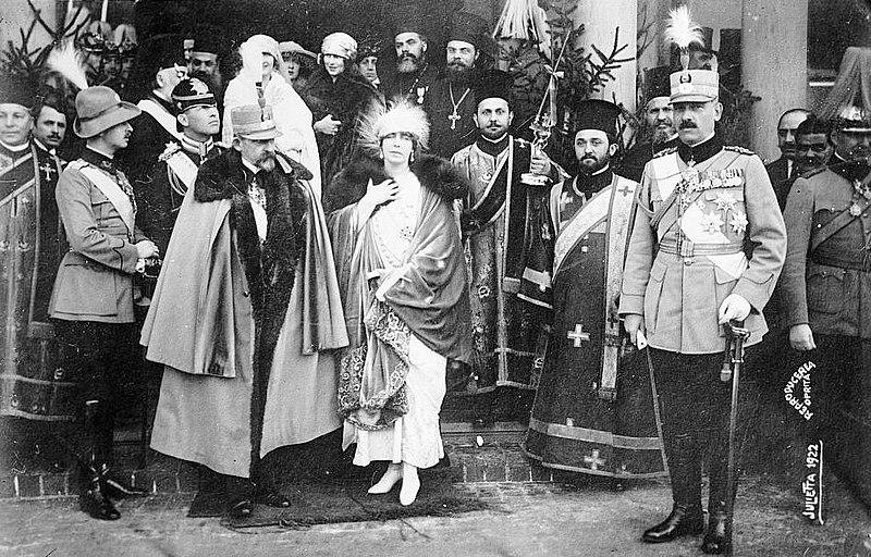 Fichier:Prince Carol, King Ferdinand and Queen Maria of Romania.jpg