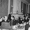 Prins Bernhard aan een diner met burgers en marineofficieren, Bestanddeelnr 255-8100.jpg