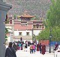 Qinghai-Xining-Lamasserie Kumbum, allée principale.croped.jpg