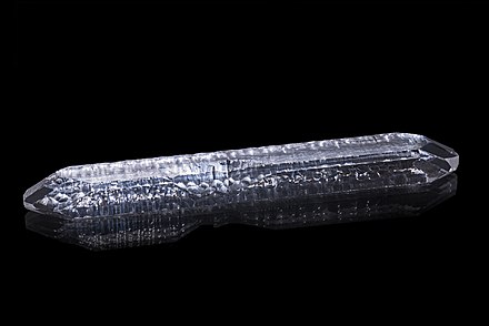 A synthetic quartz crystal grown by the hydrothermal synthesis, about 19 cm long and weighing about 127 g Quartz synthese.jpg