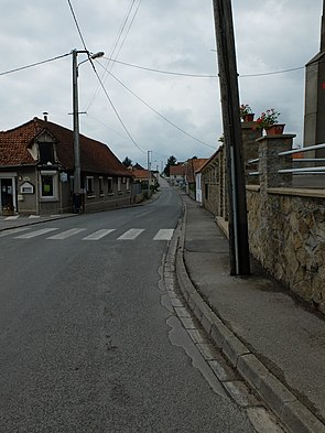 Quesques - Rue principale.JPG