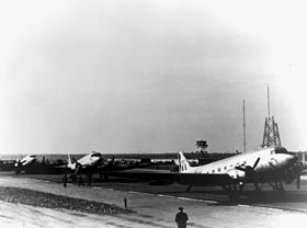 Royal Air Force DC-47 November 1948; im Hintergrund die Sendemasten