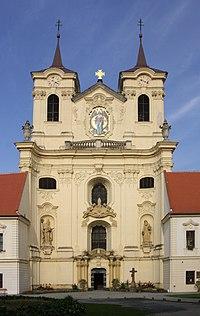 Rajhrad - benediktinský klášter, hlavní kostelní průčelí.jpg
