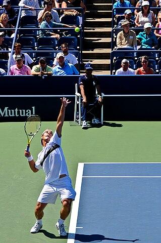 Tennisspieler beim Aufschlag image source