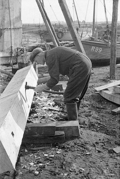 Plik:Rye Shipyard- the Construction of Motor Fishing Vessels, Rye, Sussex, England, UK, 1944 D22783.jpg