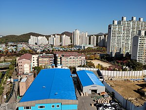 Sambong Elementary School, Photographed from Shinan Apartment rooftop.jpg